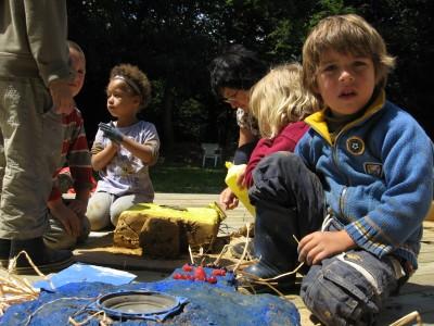 Fabrication de statuts en argile sur le thème des droits de l'enfant